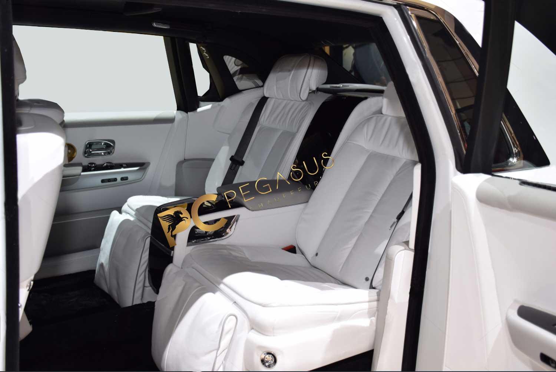 Rolls-Royce-Phantom-VIII-8-backside-seats.jpg